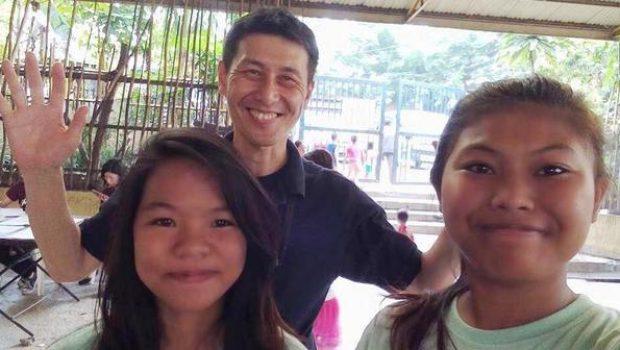 フィリピンの支援先の子供たちと(筆者中央)