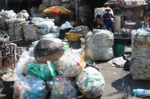 ごみの中からリサイクル品を集めるトンド地区の人々