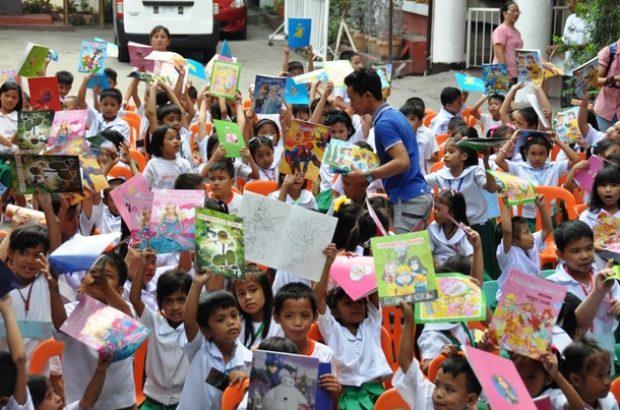 マニラ市のTパエス小学校の幼児には「お絵かきノート」を届けます