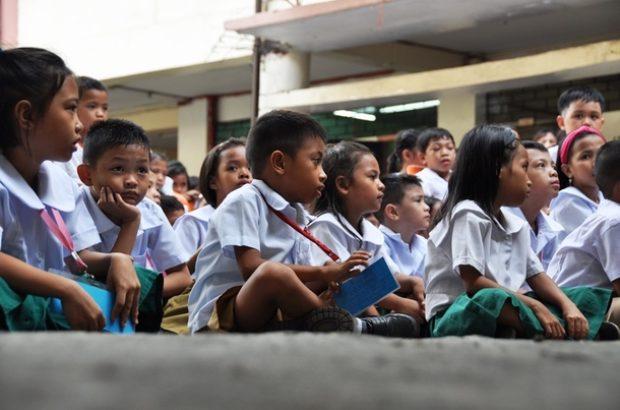 マニラ市トンド地区のTパエス小学校の児童たち