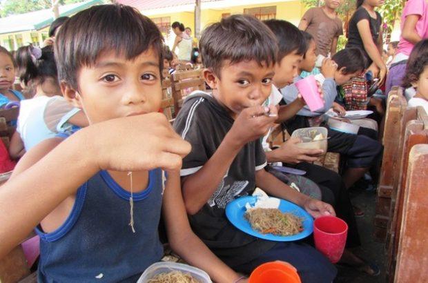 子供たちにはしっかり食べて元気に育ってほしい(フィリピン・ミンダナオ島で行った給食支援)