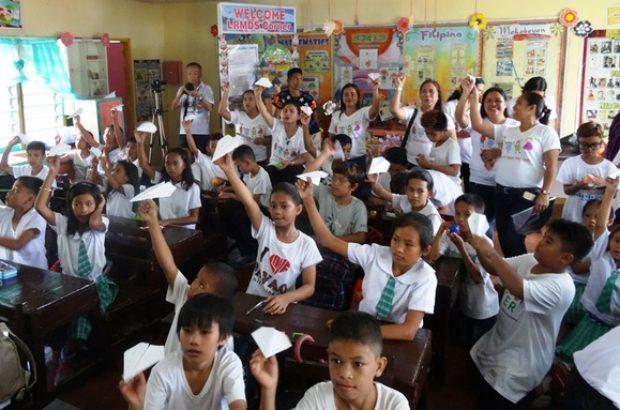 紙飛行機を手にする児童たち(支援先の一つ、ミンダナオ島マガリャネスの小学校)
