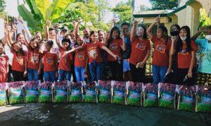 お米を受け取るミンダナオ島北東部地域のエンチャイルド奨学生(マガリャネス)