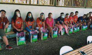 お米を受け取るミンダナオ島北東部地域のエンチャイルド奨学生(ブトゥアン)